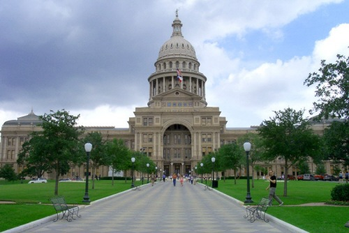 Texas_Capital_Building_with_walkway